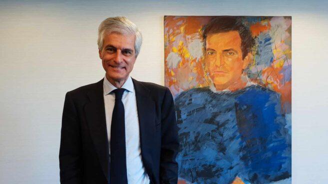 Adolfo Suárez Illana junto al retrato de su padre