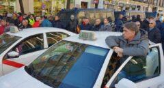 Los taxistas dejan Génova tras lanzar huevos contra la sede del PP