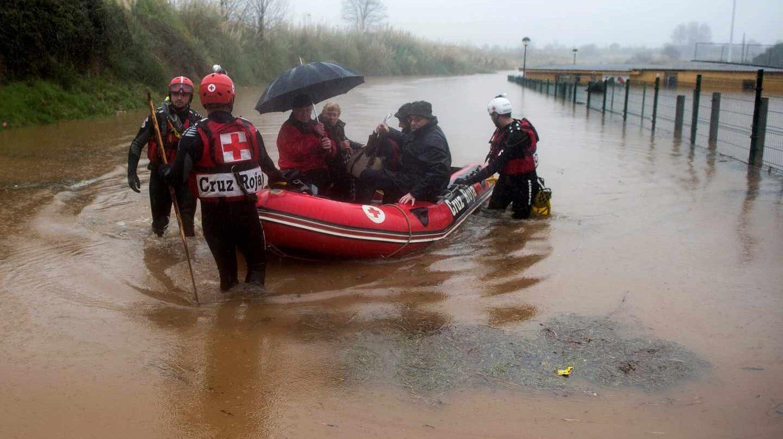 fectivos de Cruz Roja rescatan a afectados por las inundaciones en la localidad de Hinojedo, en Cantabria, cuyo Gobierno ha declarado el nivel uno del plan especial ante el riesgo de inundaciones.