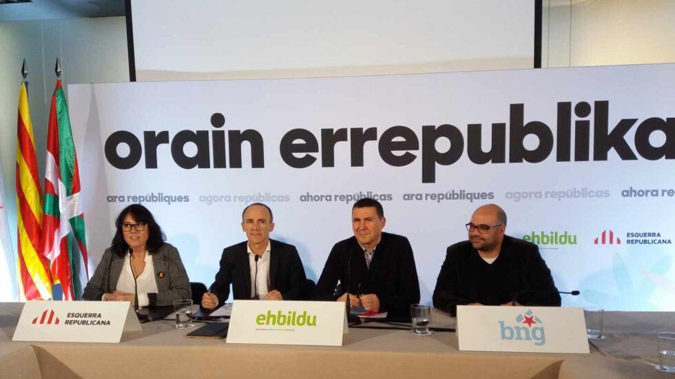 Josu Juaristi, a la derecha de Arnaldo Otegi, al presenatr la coalición electoral integrada por EH Bildu, ERC y BNG.