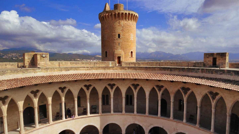 Torre y parte del interior del Castell de Bellver.