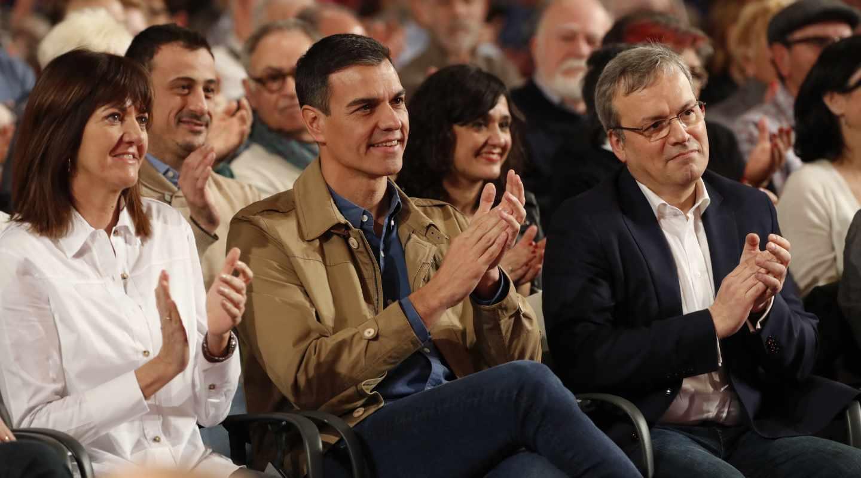 El presidente del Gobierno y secretario general del PSOE, Pedro Sánchez (c), junto a la secretaria general del PSE-EE, Idoia Mendia, durante la presentación de la candidatura del socialista Alfredo Retortillo (d) para el ayuntamiento vizcaíno de Barakaldo.