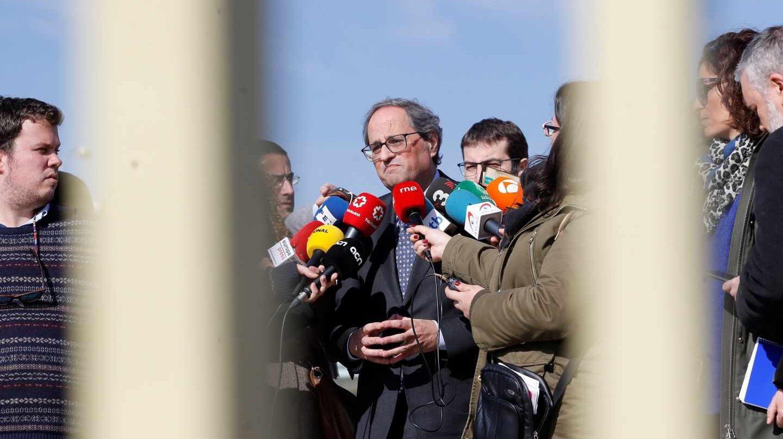El presidente de la Generalitat, Quim Torra (c), hace declaraciones a los medios de comunicación, a la salida este sábado del centro penitenciario de Soto del Real, tras reunirse con el exvicepresidente catalán y líder de ERC, Oriol Junqueras; los exconsellers Jordi Turull, Raül Romeva, Joaquim Forn y Josep Rull; así como Jordi Sánchez y Jordi Cuixart, expresidente de la Assemblea Nacional Catalana (ANC) y presidente de Òmnium Cultural, respectivamente.