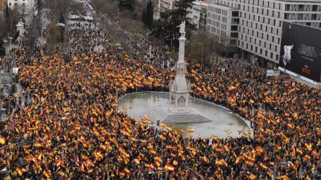 Concentración convocada por PP, Ciudadanos y VOX este domingo en la plaza de Colón de Madrid, en protesta por el diálogo de Pedro Sánchez con los independentistas catalanes.