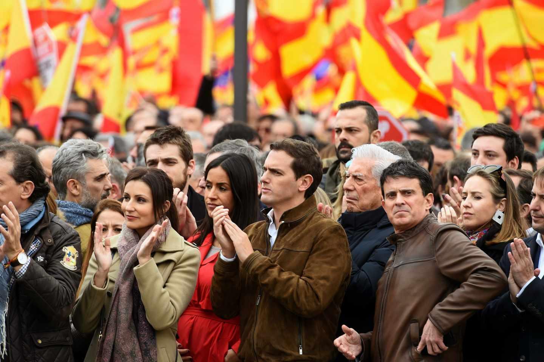 El líder de Ciudadanos, Albert Rivera (4d), junto al escritor Mario Vargas Llosa (3d), el candidato a la alcaldía de Barcelona, Manuel Valls (2d), y la portavoz de Ciudadanos en el Ayuntamiento de Madrid, Begoña Villacís (5d), durante la concentración convocada por PP, Ciudadanos y VOX este domingo en la plaza de Colón de Madrid, en protesta por el diálogo de Pedro Sánchez con los independentistas catalanes y en demanda de elecciones generales