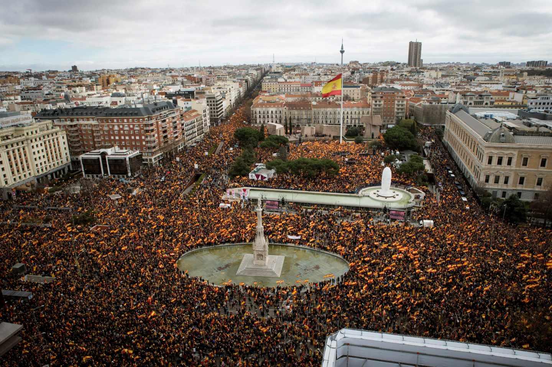 Vista general de la concentración convocada por PP, Ciudadanos y VOX este domingo en la plaza de Colón de Madrid, en protesta por el diálogo de Pedro Sánchez con los independentistas catalanes