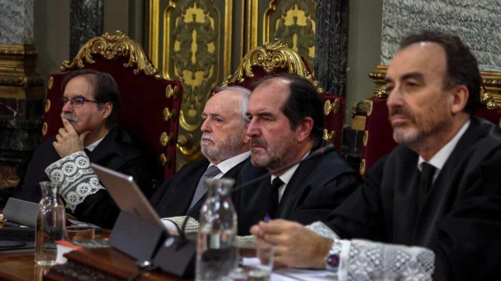 De dcha. a izqda., el presidente del tribunal, Manuel Marchena, junto a los magistrados Andrés Palomo, Luciano Varela y Andrés Martínez Arrieta.