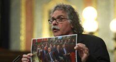 Joan Tardá enseña en el Congreso una fotografía de los acusados del procés.
