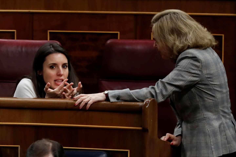 Irene Montero charla con Nadia Calviño.