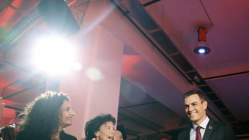 Pedro Sánchez, aplaudido por sus ministras.