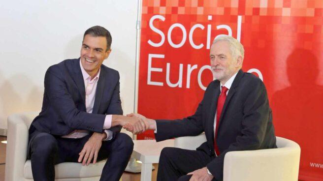 Pedro Sánchez y Jeremy Corbyn se saludan en Madrid.
