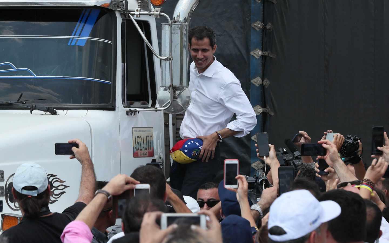 Juan Guaidó se sube a un camión en Cúcuta (Colombia).