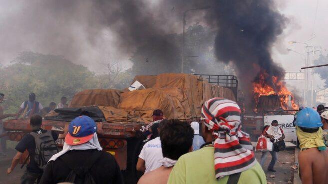 Quema de camiones con ayuda a Venezuela en Ureña.