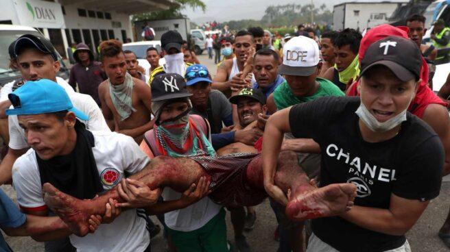 Un herido es socorrido en Cúcuta.