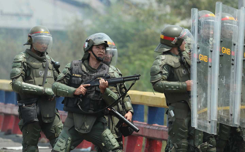 El Ejército venezolano monta guardia en la frontera de Cúcuta.