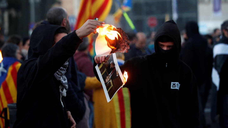 Los CDR queman una foto del Rey en Barcelona.