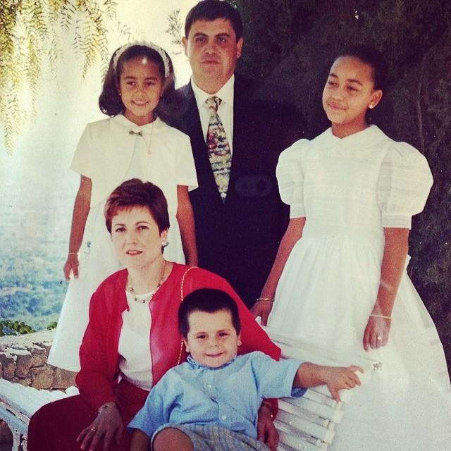 Inma Zanoguera, arriba a la izquierda, junto a sus padres de acogida y sus hermanos Aisa y Adriá.
