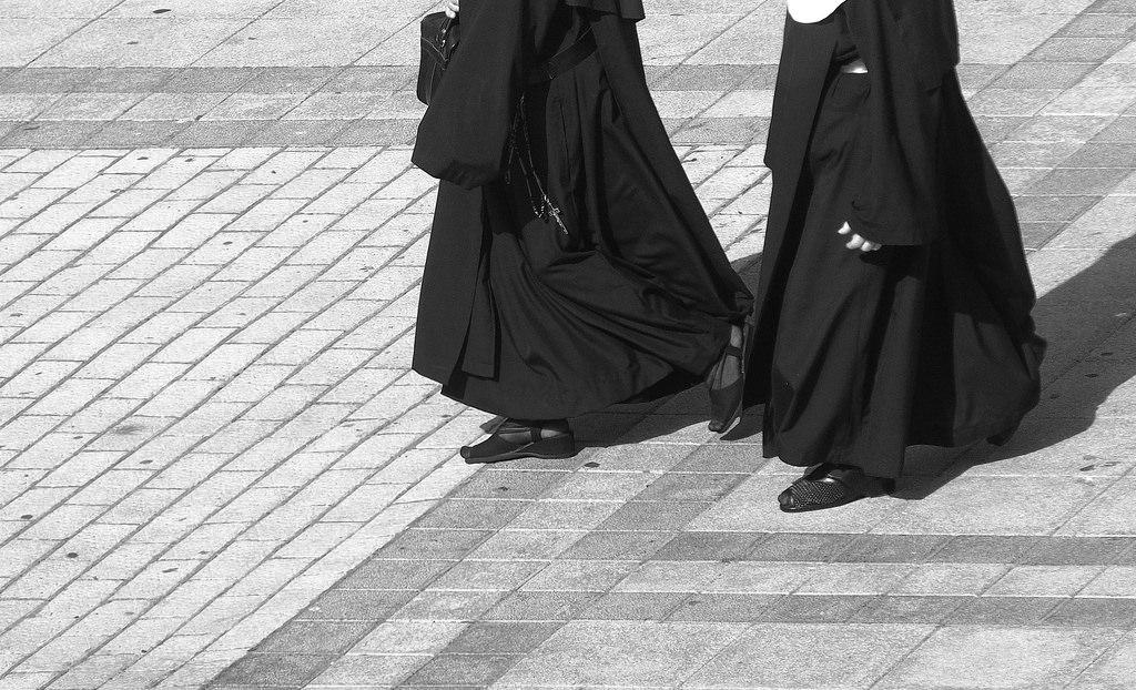 Dos monjas paseando con el hábito.
