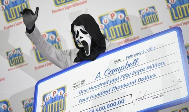 El ganador de la lotería de Jamaica recogiendo el premio.