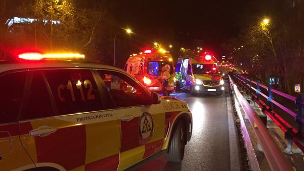 Efectivos de Emergencias Madrid durante el momento del accidente.