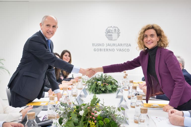 El consejero del Gobierno vasco, Josu Erkoreka, y la ministra de Política Territorial, Meritxell Batet.