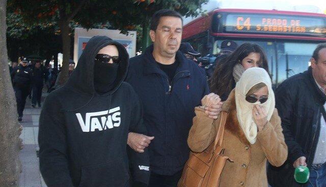 El 'Cuco' y su madre a la entrada de la Audiencia Provincial de Sevilla