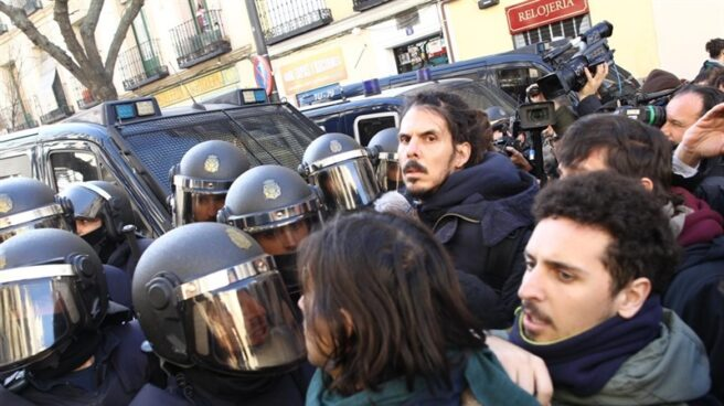 El diputado de Unidos Podemos en el Congreso, Alberto Rodríguez, en primera línea frente a los antidisturbios