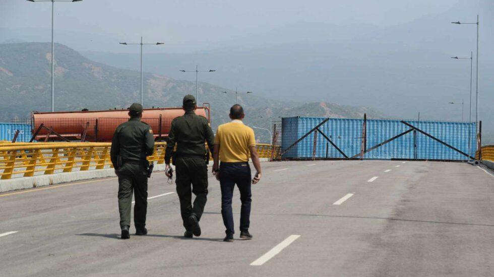 La Guardia venezolana bloquea con grandes contenedores el puente Tienditas, en la frontera con Cúcuta (Colombia), para evitar el ingreso de ayuda humanitaria.