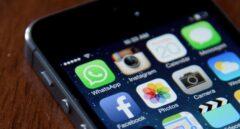 Un teléfono móvil con acceso a diferentes redes sociales.