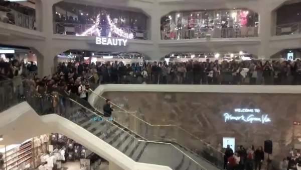 Fotograma del vídeo en que un hombre baja las escaleras de Primark Gran Vía para pedir matrimonio a su novia