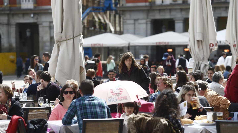 Gente comiendo en una terraza