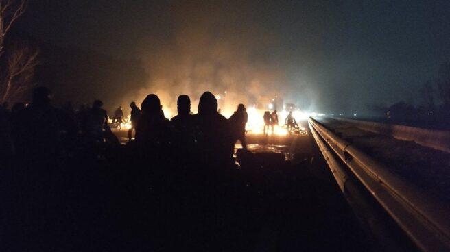 Los CDR cortan una autopista por la huelga en Cataluña.