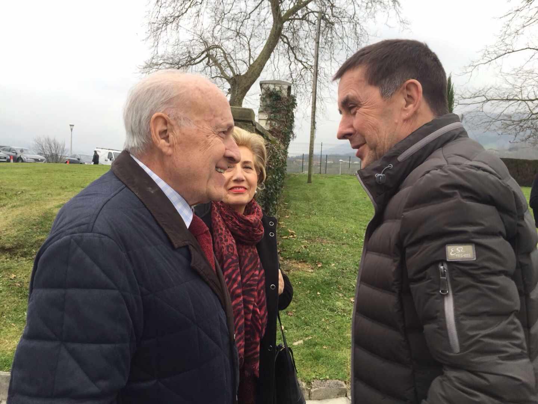 Xabier Arzalluz conversa con Arnaldo Otegi.