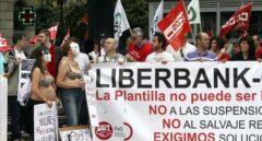 Los sindicatos temen un ERE en Liberbank, en plena guerra de Unicaja y Abanca por su control