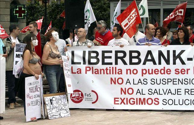 Los trabajadores de Liberbank durante una protesta por los ajustes en 2016.