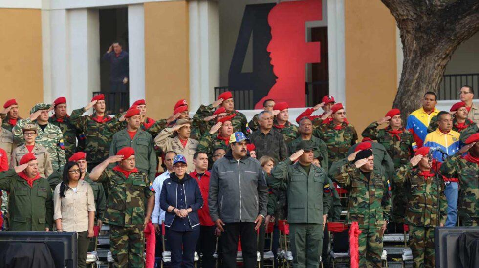 Maduro rodeado de militares en Caracas