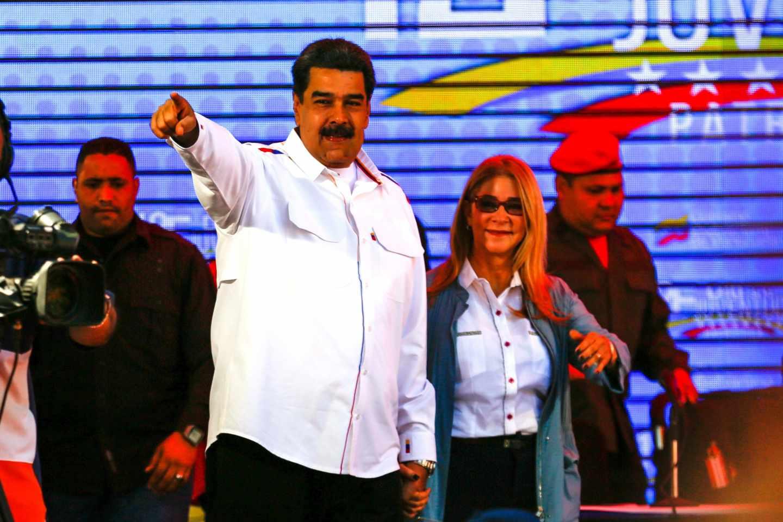 Nicolás Maduro y su esposa Cilia Flores ante sus seguidores en Caracas.