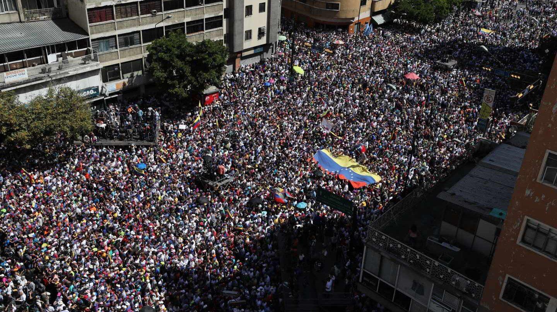 Decenas de miles de venezolanos aclaman a Juan Guaidó en la Gran Marcha en Caracas.