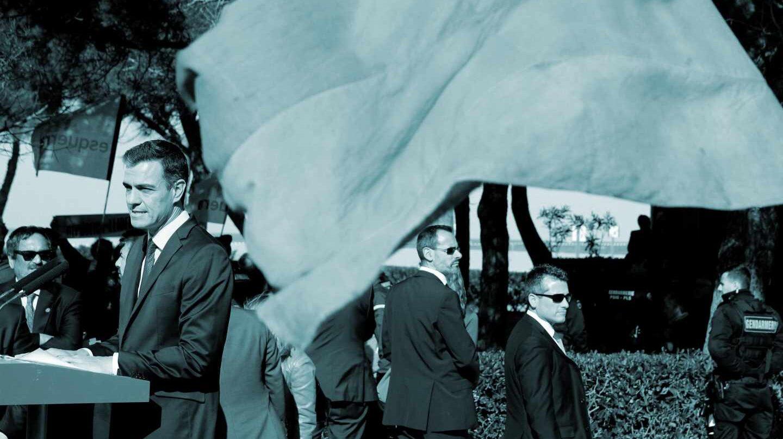 El presidente del Gobierno, Pedro Sánchez, durante su visita este domingo a la tumba de Antonio Machado en el cementerio de Colliure, en el marco del viaje oficial del presidente del Ejecutivo al país vecino para participar en diversos actos de homenaje al exilio español.