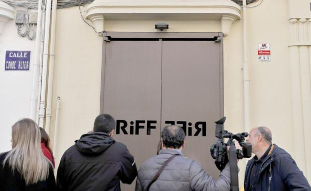 Periodistas a las puertas del restaurante Riff en Valencia