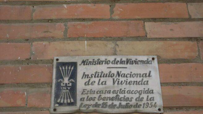 Placa del Ministerio de la Vivienda franquista.