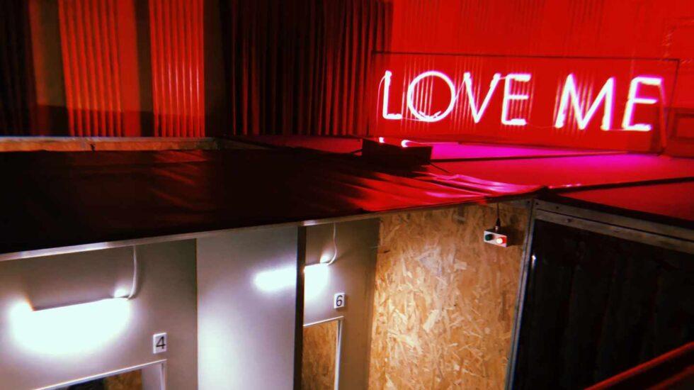 Sala de vis a vis en la exposición 'Macho Man' de Álex Rigola