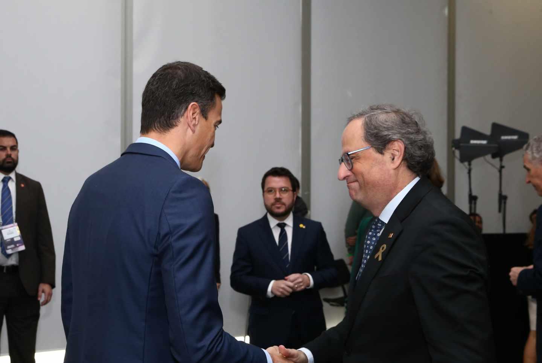 Pedro Sánchez y Quim Torra se saludan en el Mobile.