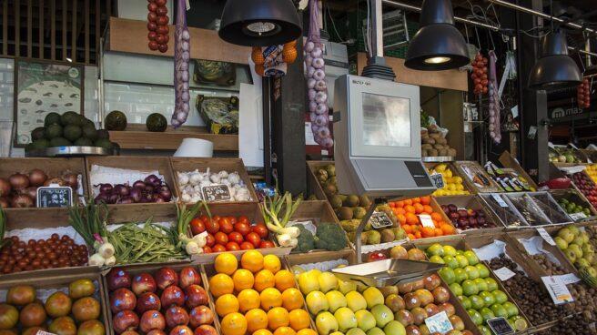 Stand de fruta en un supermercado.
