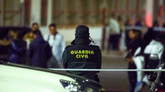 Un agente de la Guardia Civil de espaldas.