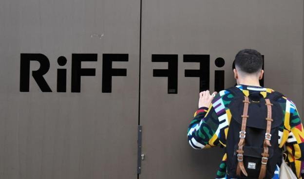 Un joven se asoma a las puertas del restaurante Riff de Valencia.