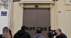 Varios cámaras de televisión y periodistas ante las puertas del restaurante Riff