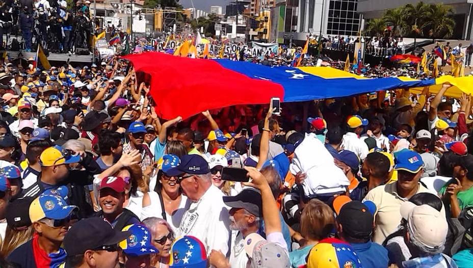 Decenas de miles de venezolanos se concentran contra Maduro en Caracas.