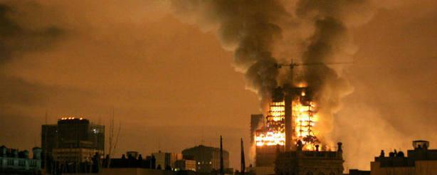 El edificio Windsor, en llamas en 2005.