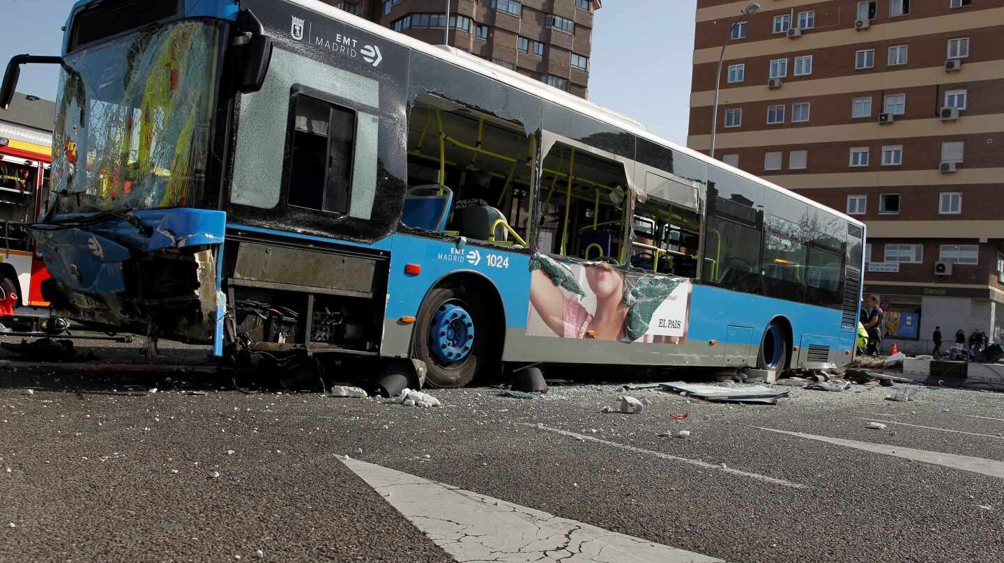 Restos del autobús accidentado.